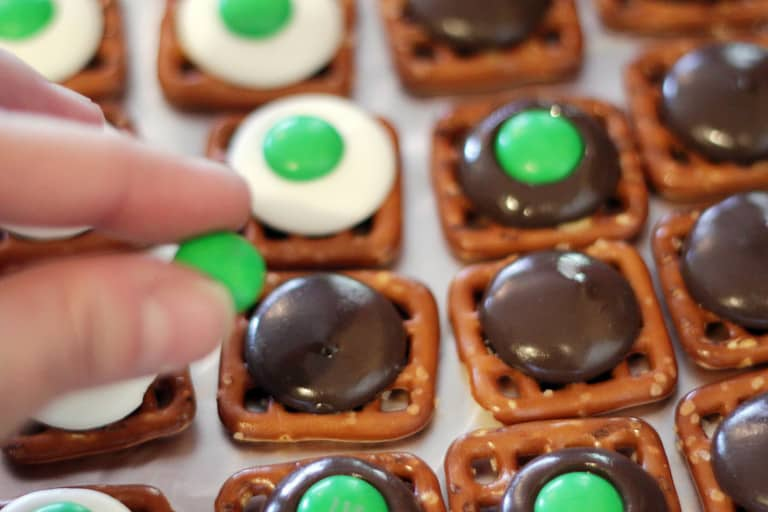 how to make chocolate pretzels - Love From The Oven