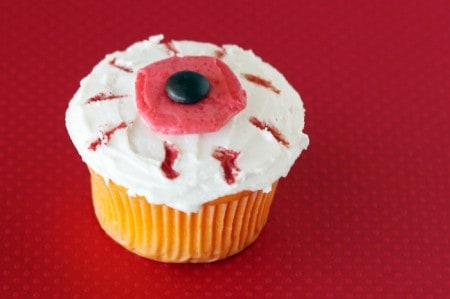 halloween-eyeball-cupcake-700x466