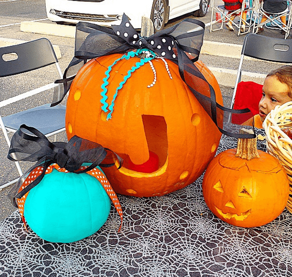 A Teal Pumpkin tells trick or treaters that you have non-food allergy safe options for kids with food allergies.  #tealpumpkin project