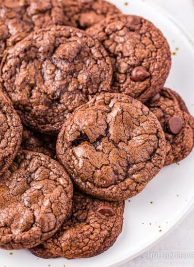 A plate full of brownie cookies