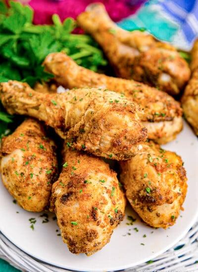 a plate full of air fryer chicken drumsticks